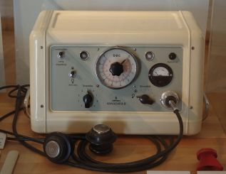 1024px-Siemens_konvulsator_III_(ECT_machine)